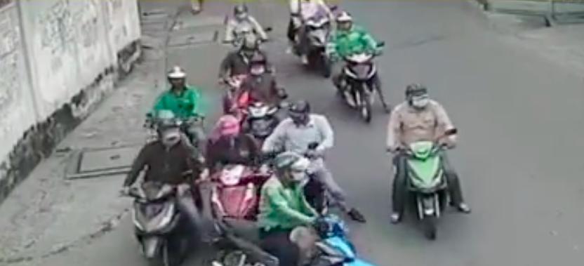 Tài xế xe ôm công nghệ tạt đầu xe nạn nhân khiến người này mất phương hướng.