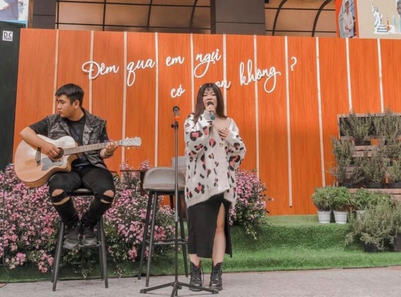 Tú Quyên - creative kiêm ca sĩ quảng bá sự kiện. Nữ sinh HUTECH còn là một Youtuber với kênh Cô Béo Kiên Giang, có đam mê âm nhạc và mong muốn đầu quân cho một công ty truyền thông lớn.