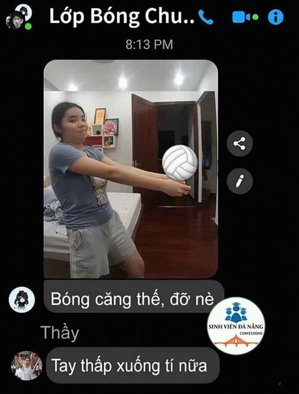 Đây chính là cách một lớp học bóng chuyền online, thầy giáo chụp ảnh hướng dẫn cách nâng bóng và từng em sẽ chụp ảnh lại cho thầy nhận xét.