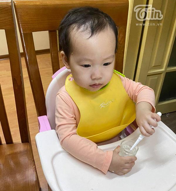 Một tiết học đánh răng online của bé gái 2 tuổi khiến nhiều người bất ngờ vì học sinh mầm non cũng học trực tuyến.