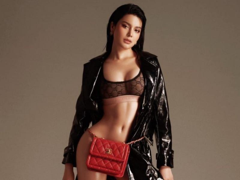 Dùng túi Chanel màu đỏ có giá hơn 100 triệu đồng làm... nội y chụp ảnh.