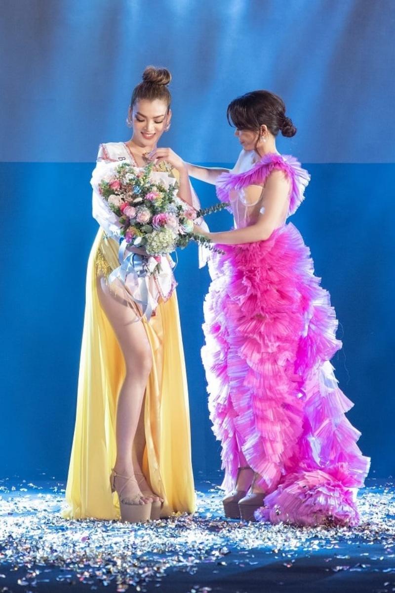 Hoa hậu Oanh Lê trao giải cho Trân Đài – Tân Đại Sứ Hoàn Mỹ 2020.