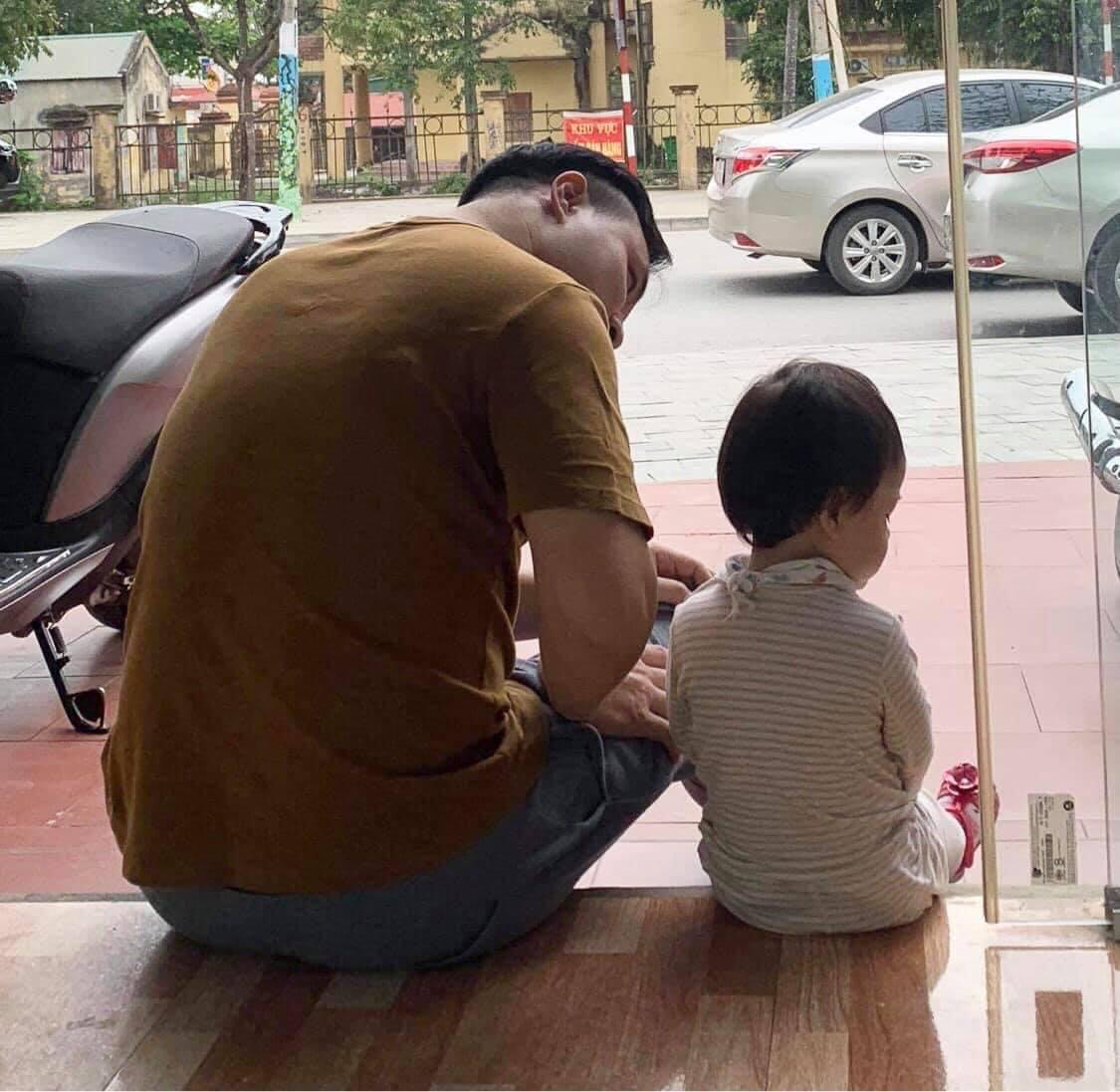 Bố ngồi dỗ sau khi cô con gái trưng bộ mặt 'hờn cả thế giới' này. Ảnh: Lê Ngọc Mai