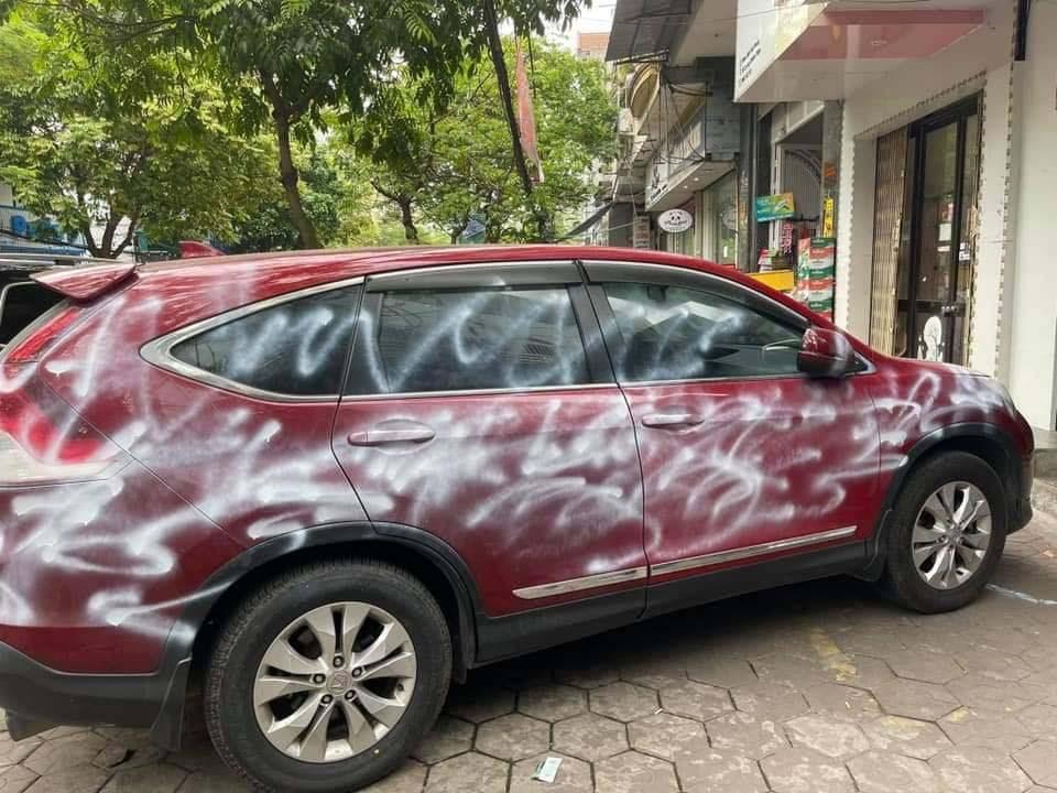Hiện trường vụ ô-tô bị xịt sơn trắng xóa do đỗ xe trước cửa shop thời trang 3