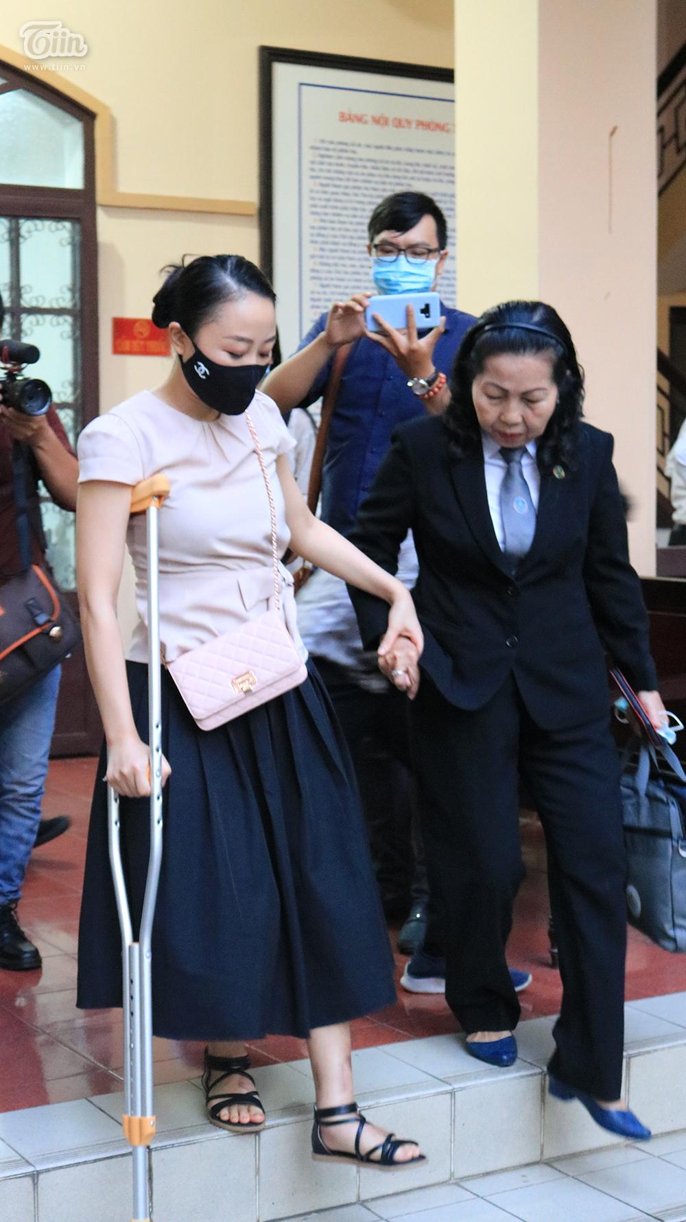 Nữ tiếp viên hàng không chống nạng đến dựphiên tòa xét xử ngày 15/12.