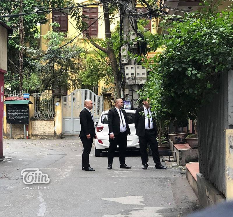 Đội ngũ bảo vệ túc trực trong lễ ăn hỏi