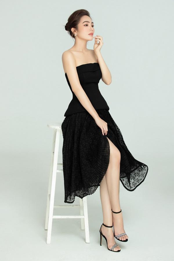 Hoa hậu Áo dài thể hiện hình ảnh một quý cô trưởng thành khi lựa chọn những thiết kế sang trọng mang đậm phong cách tiểu thư sang chảnh. Người đẹp cho biết, khi bước sang năm 2021, bên cạnh đam mê ca hát, cô hướng bản thân tới hình ảnh một nữ doanh nhân thành đạt.