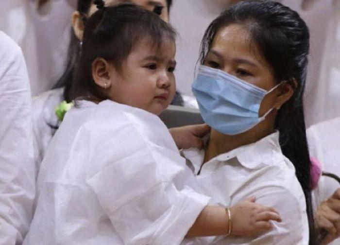 Linh Lan và bé Helen trong ngày tang lễ của Vân Quang Long tại Việt Nam