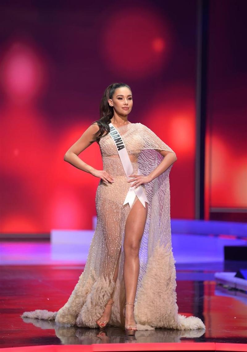 Đại diệnUniverse Albania lộ nội y kém xinh khi lựa chọn bộ trang phục có chất liệu quá mỏng.