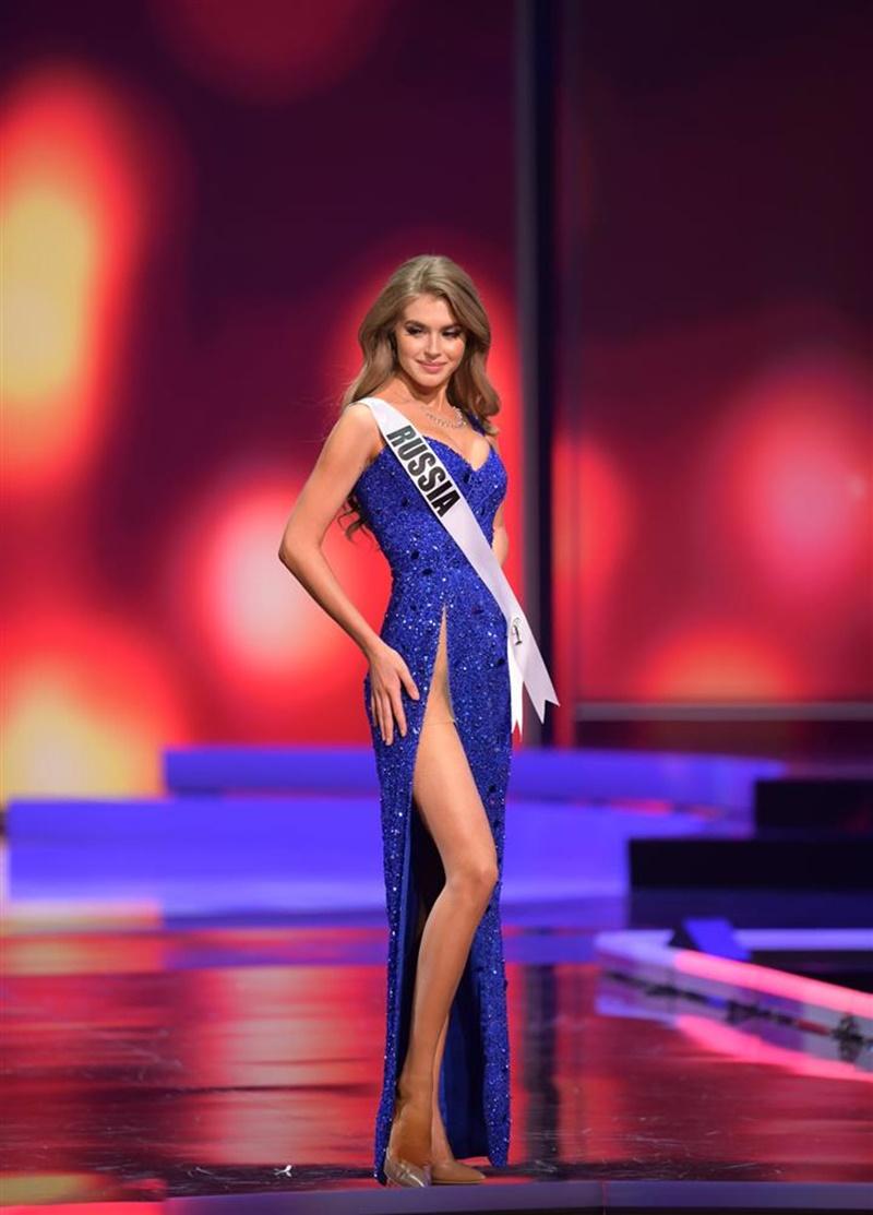Đại diện Nga xinh đẹp rực rỡ nhưng lại khiến dân mạng lo lắng vì mặc đầm xẻ quá cao.