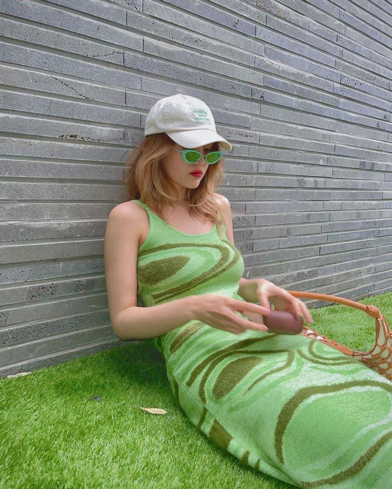 Somi biến chiếc váy body-con 2 dây quyến rũ trở nên sang chảnh hơn khi nào hết nhờ phụ kiện 'nhỏ mà có võ' - chiếc kính xuyệt tông siêu chất.