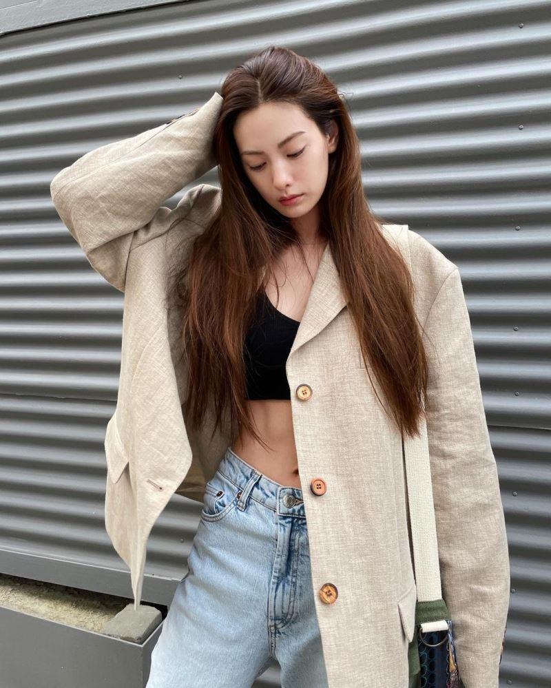 Bra-top và quần jeans là 'combo' được phái đẹp trên thế giới ưa chuộng. Nhưng, nếu cảm thấy outfit này hơi hở hang thì nàng có thể học theo tip của Nana, đó là khoác thêm chiếc blazer với gam màu trung tính. Item này khiến tổng thể toát lên sự cá tính, nổi loạn nhưng vẫn thanh lịch.