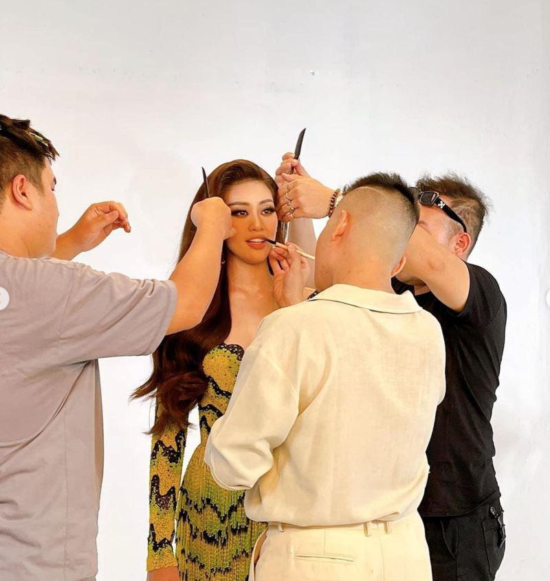 Nàng hậu được ekip hùng hậu hỗ trợ cho hình ảnh tại Miss Universe 2020.