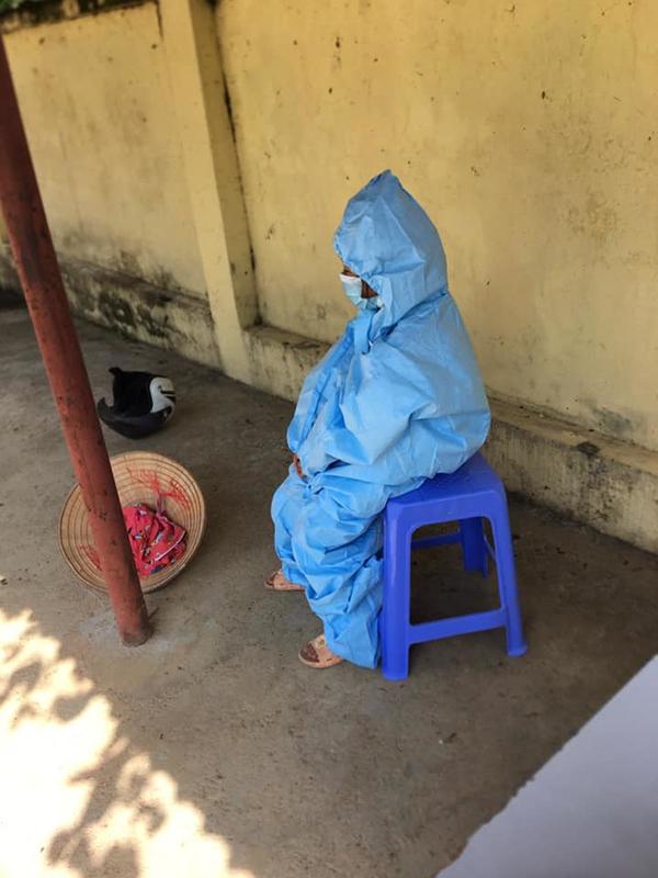 Một trường hợp em bé còn nhỏ nhưng phải mặc đồ bảo hộ vào khu cách ly. (Ảnh: FB A.N.)