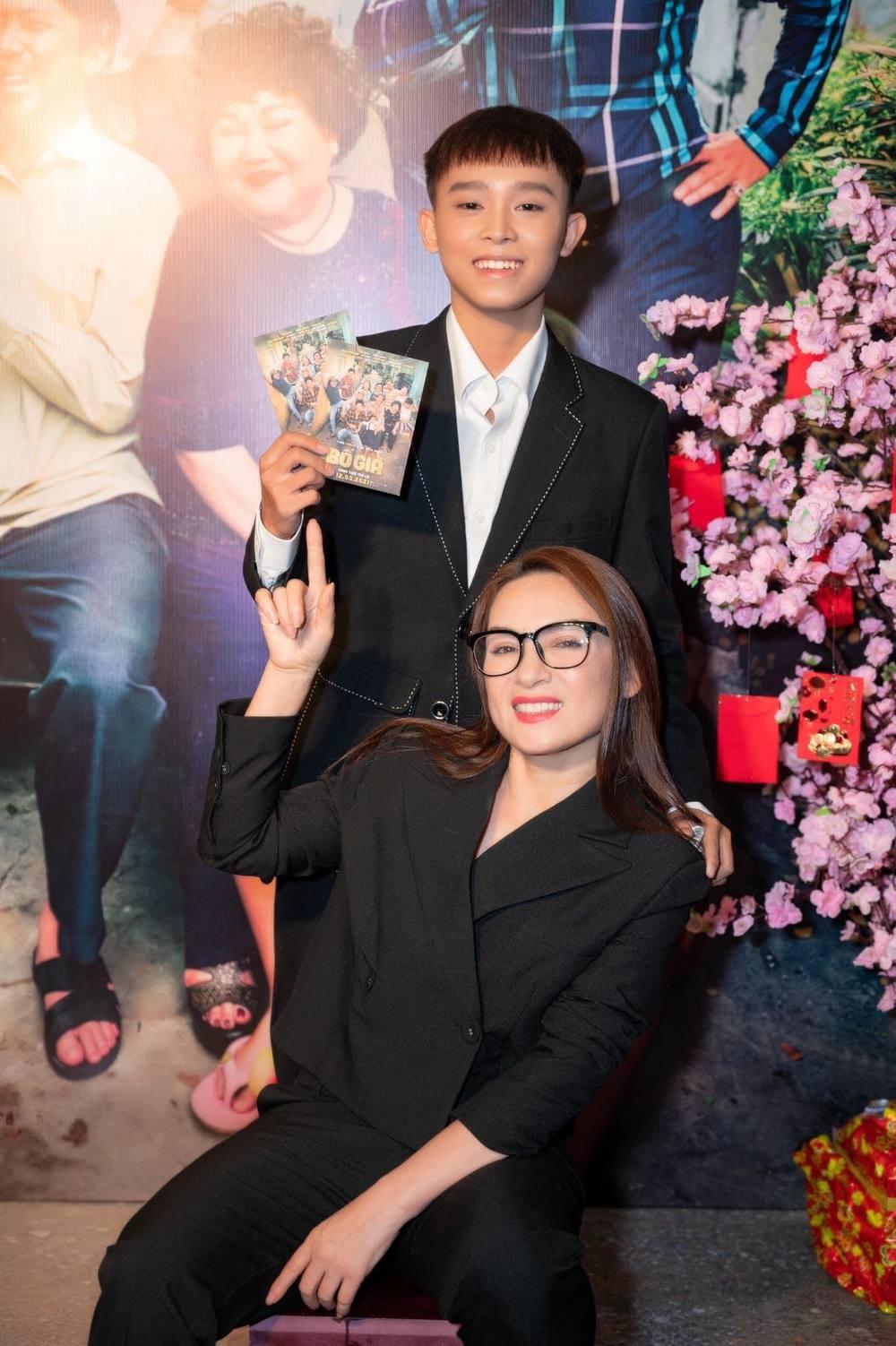 Từ khi Phi Nhung nhận nuôi Hồ Văn Cường vào năm 2016, nữ ca sĩ đã đồng hành với anh trên chặng đường từ cuộc sống cho đến sự nghiệp.