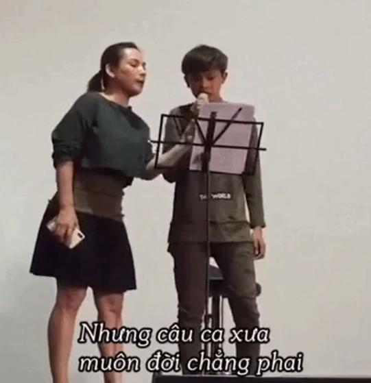 Phi Nhung trong đoạn clip rất ân cần, tận tâm, chu đáo, và luôn dành cho Hồ Văn Cường những chỉ bảo tốt đẹp.