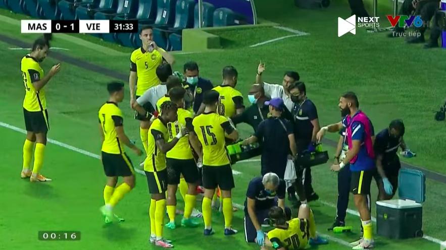 Ông Tan Cheng Hoe trao đổi với các cầu thủ sau bàn thua đầu tiên.