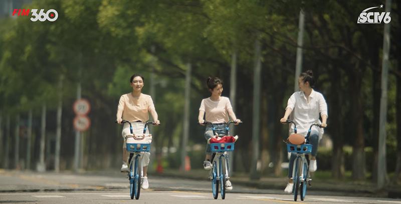 Bô ba cùng nhau đạp xe...