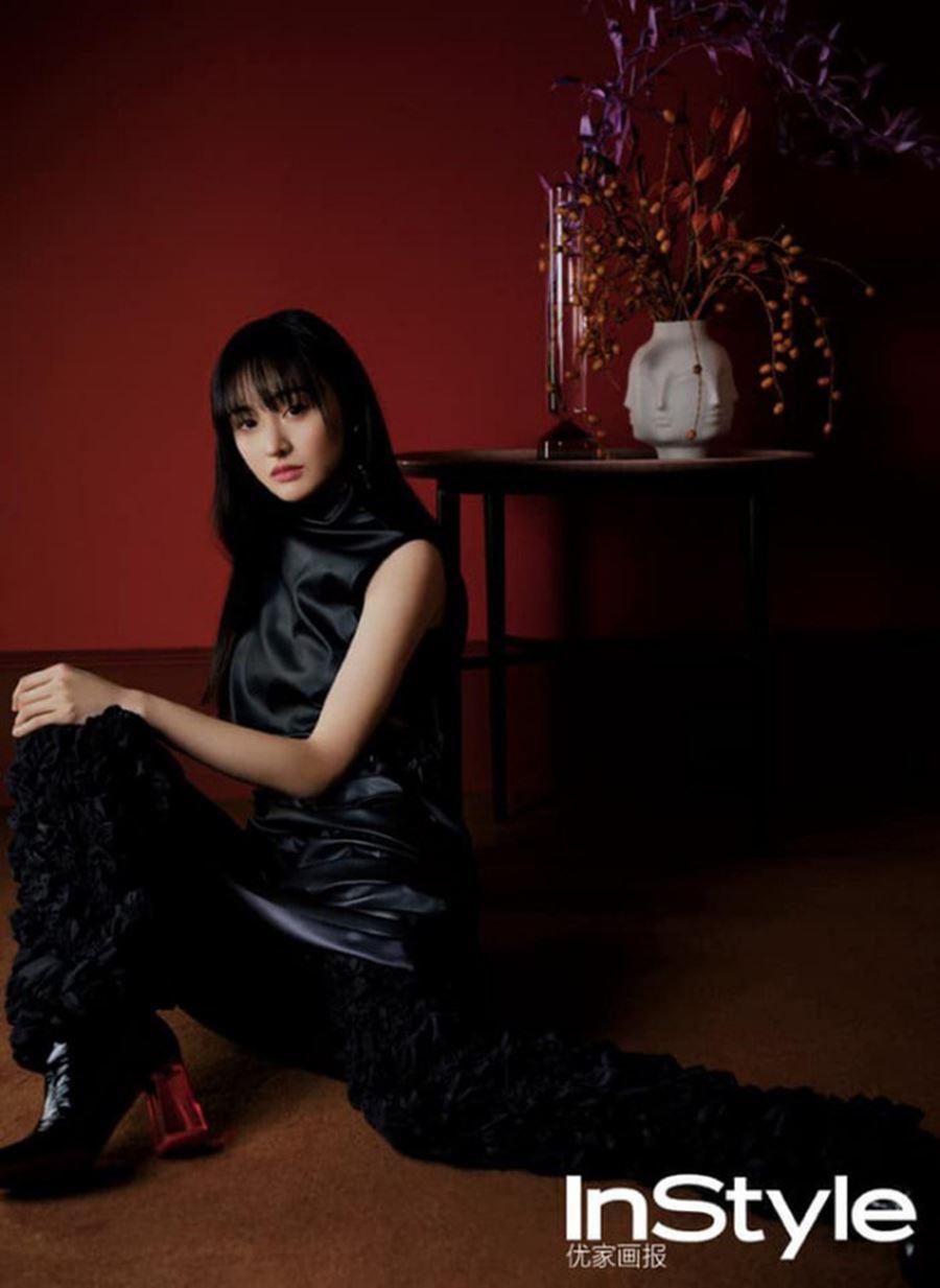 Trên bìa của InStyle, Trịnh Sảng gây chú ý với loạt ảnh đầy ma mị nhờ bức tường đỏ huyền ảo phía sau. Thế nhưng cô lại mất điểm vì biểu cảm gượng gạo, đôi mắt vô hồn.