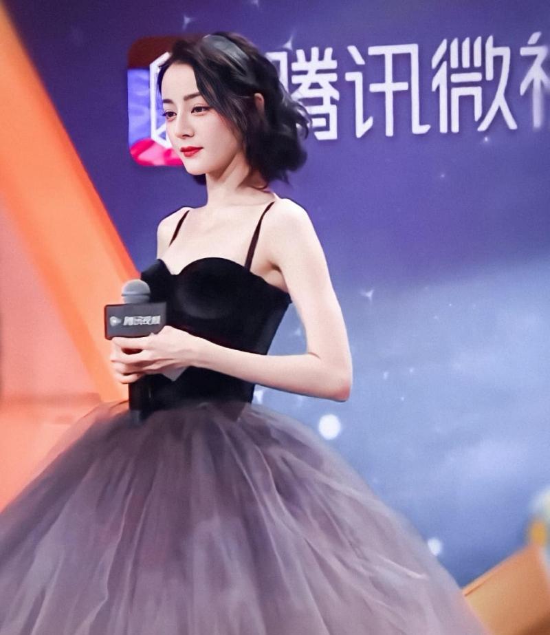Bên cạnh đó, chiếc váy hai dây, phom corset với tùng váy bồng xòe càng tôn lên nước da trắng muốt cùng vòng 2 thon gọn đáng ngưỡng mộ của mỹ nhân Tân Cương.