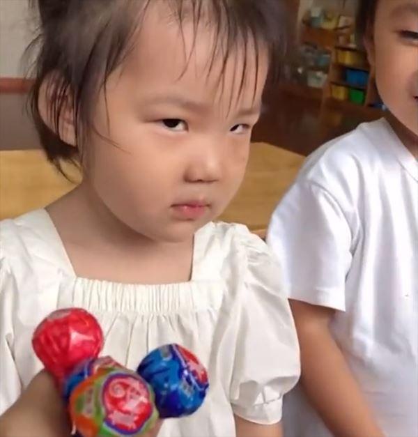 Cô giáo thưởng kẹo cho học trò vì muốn được khen đẹp, ánh mắt của học trò khiến dân mạng cười nắc nẻ 2