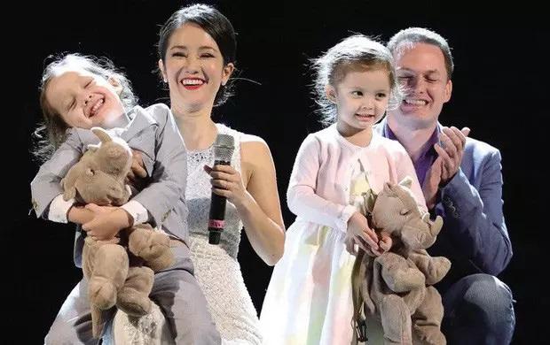 Hồng Nhung cùng người chồng thứ hai và 2 con gái