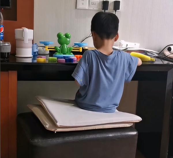 Cậu bé loay hoay với bài toán.