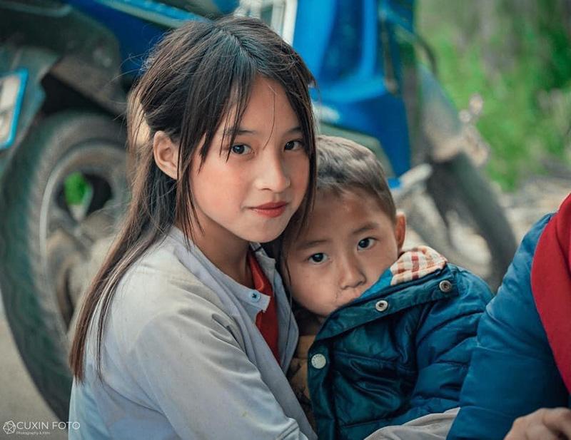 Sự hồn nhiên, có phần bẽn lẽn của bé gái khiến người xem không thể rời mắt.