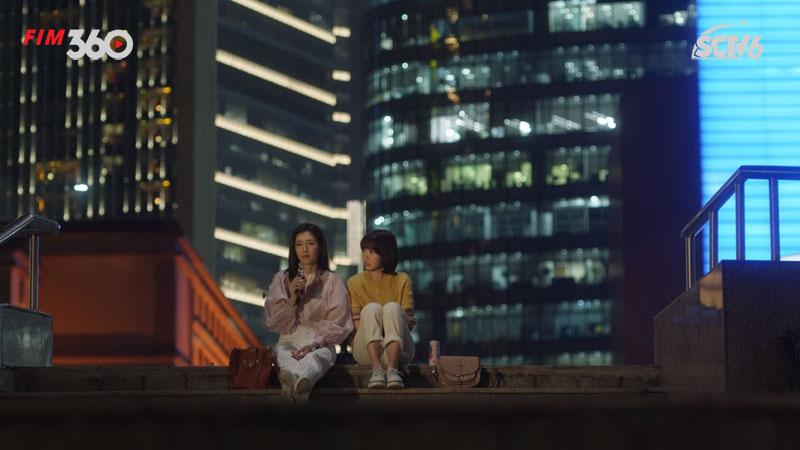 Hai cô gái 30 tuổi uống rượu giải sầu ở ngoài trời