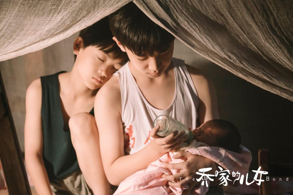 Anh trai Nhất Thành và Nhị Cường chăm em vào buổi đêm, trong khi người bố ngủ say chẳng biết gì