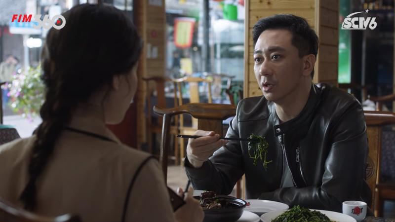 Lắng nghe một cách lịch sự nhưng Mạn Ni không tán đồng lắm với quan điểm sống của Trương Chí.