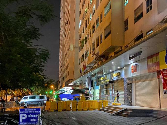 Lực lượng chức năng dựng lều bạt tại sảnh tòa HH4C khu đô thị Linh Đàm tối 19/8 (Ảnh: VNE)