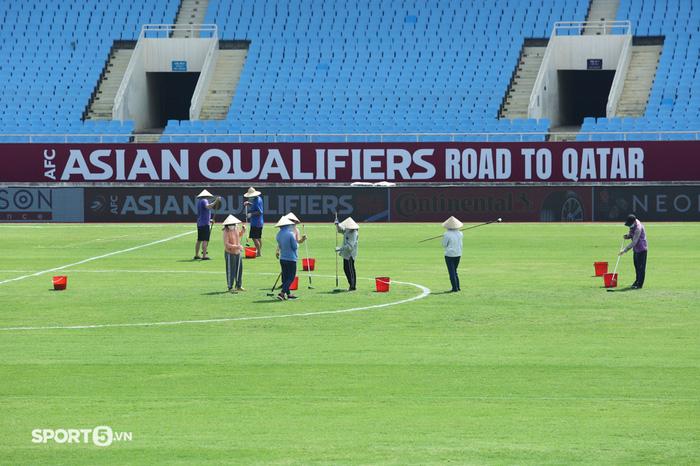 Sân vận động Mỹ Đình được cắt tỉa lại cỏ, kẻ lại vạch.