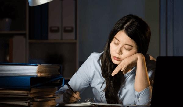 Người phụ nữ U30 mệt mỏi vì phải làm hàng giờ liên tục không được chợp mắt (Ảnh minh họa)
