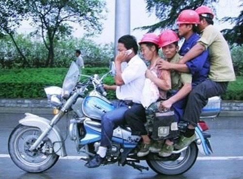 Phiên bản 5 anh em trên một chiếc xe Min...