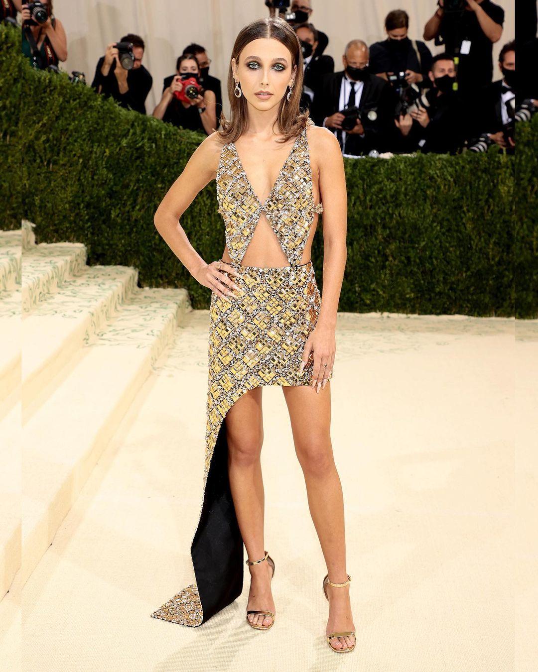 Ngôi sao mới của Louis Vuitton - Emma Chamberlain là người đầu tiên xuất hiện trên 'thảm vàng' MET Gala năm nay. Lần đầu tiên 'ra mắt' sự kiện tầm cỡ nên Emma chọn thiết kế khá an toàn, không đẹp không xấu.