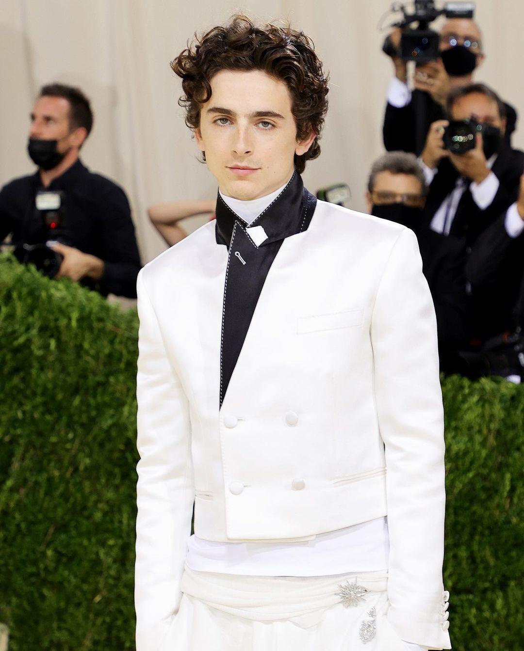 'Hoàng tử thảm đỏ' Timothée Chalamet là một trong những ngôi sao trẻ 'cầm trịch' bữa tiệc thời trang quyền lực. Anh chàng không khiến giới mộ điệu thất vọng với trang phục của mình...