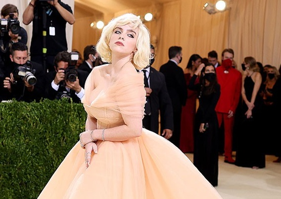 Thiết kế của chiếc váy khiến vòng 1 Billie như chực trào ra ngoài.