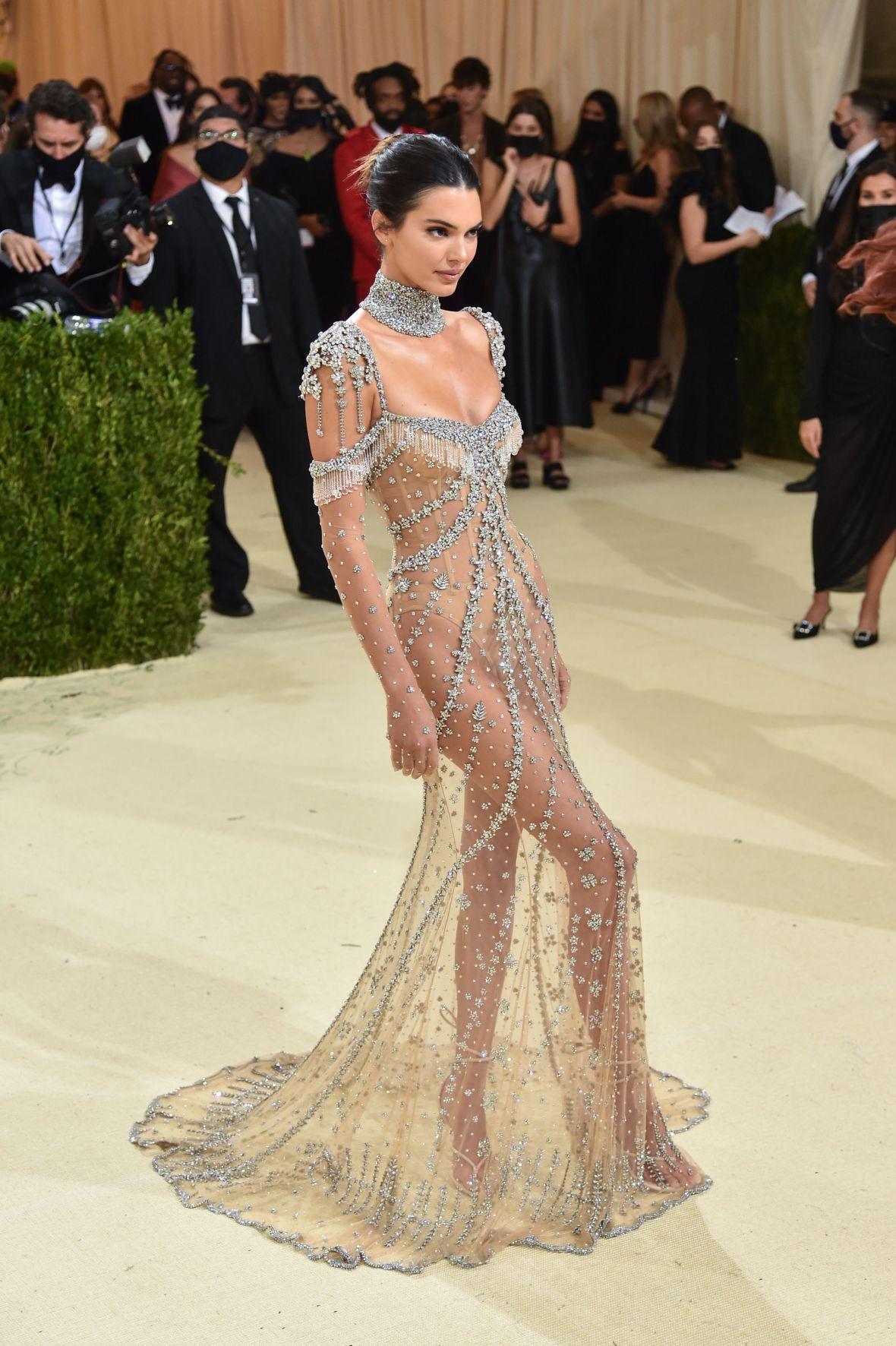 Kendall Jenner 'gây mê' người nhìn ngay phút đầu xuất hiện.