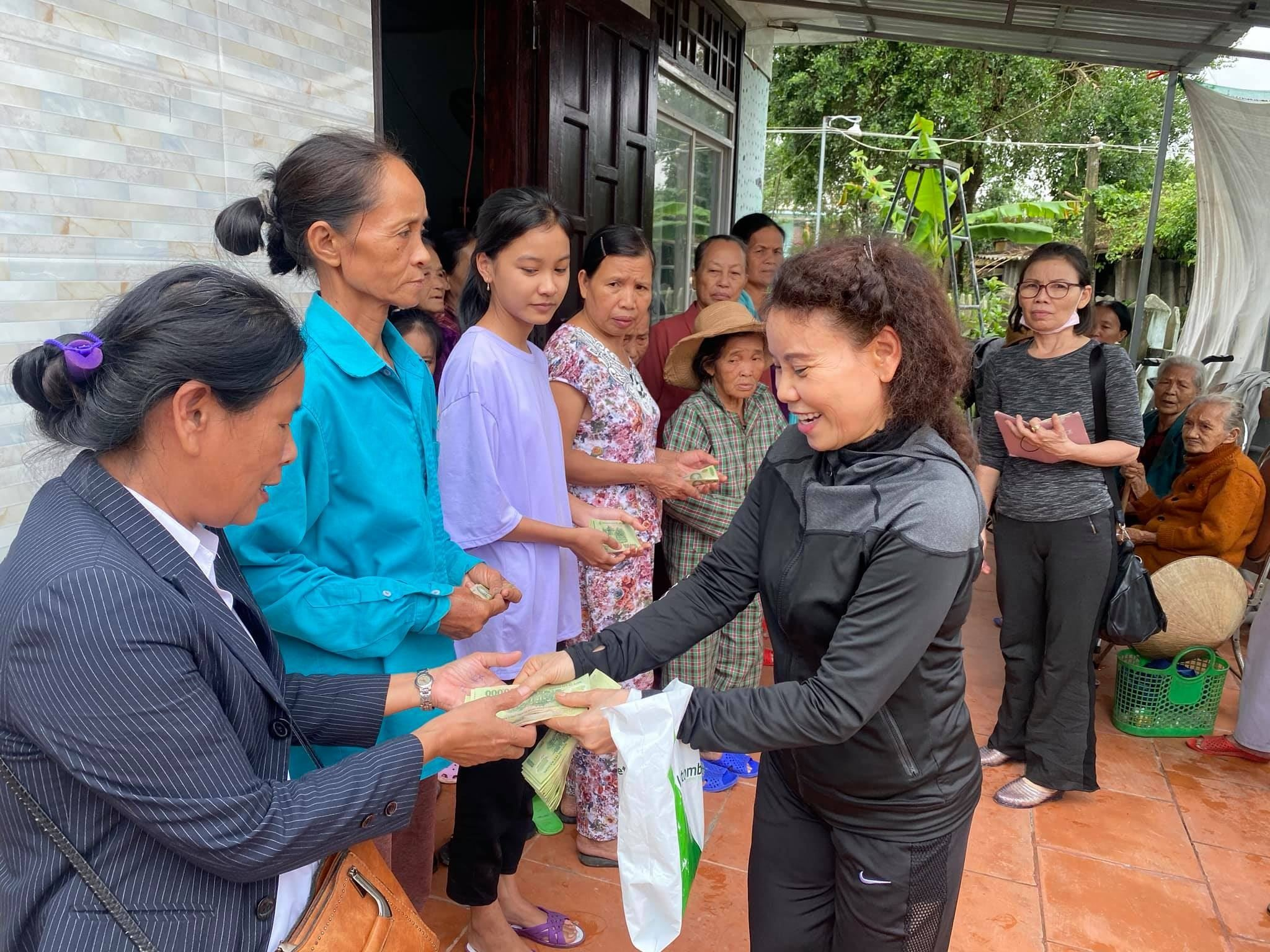 Mẹ Hồ Ngọc Hà tích cực tham gia các hoạt động thiện nguyện suốt nhiều năm qua.