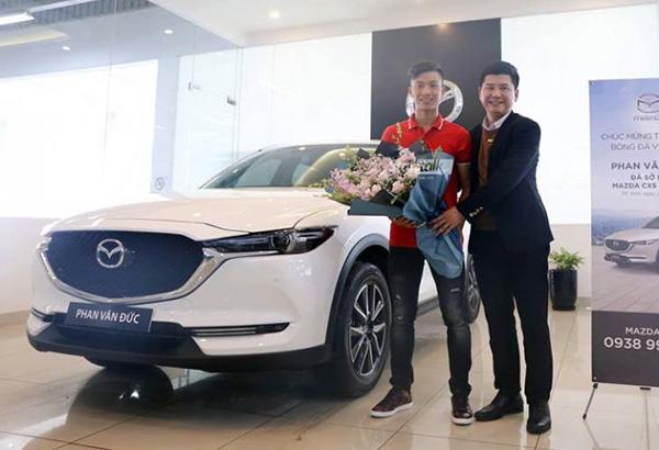 Đầu năm 2019, tiền vệ Nghệ An nhận xe mới tặng mẹ ngay sau khi từ UAE đặt chân về Nghệ An. Chiếc xe này cũng có giá hơn 1 tỷ đồng.
