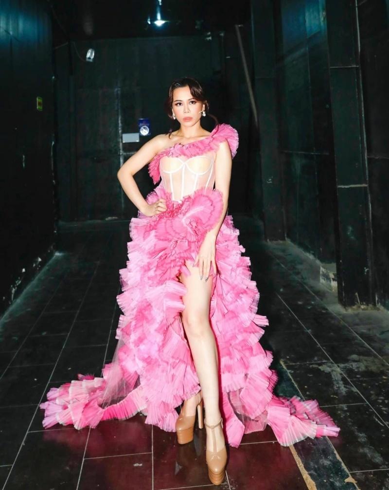 Nhờ tone màu hồng với cách xếp tầng độc đáo, Hoa hậu Oanh Lê vừa ngọt ngào nhưng cũng không kém phần sexy trước dàn mỹ nhân của showbiz.