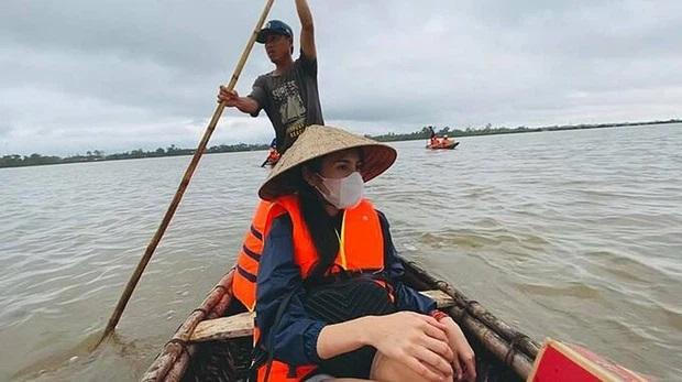 Hình ảnh Thủy Tiên vào miền Trung cứu trợ người dân năm 2020.