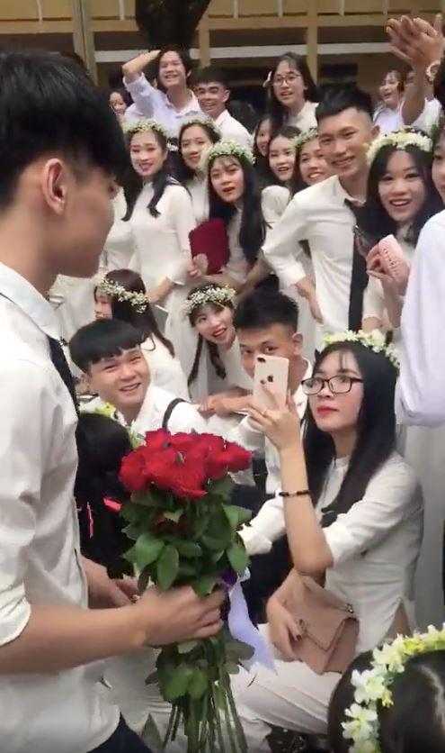 Nam sinh tiến đến tặng hoa nhưng nữ chính không biết vẫn cầm điện thoại lên quay.