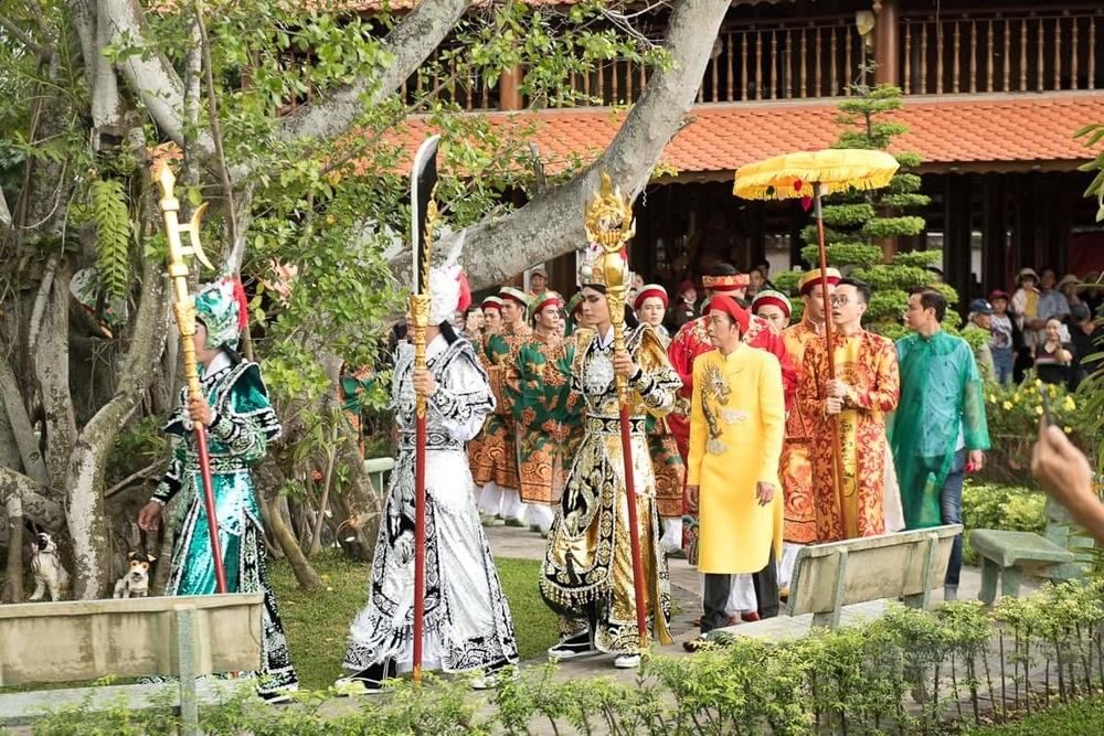 Hình ảnh lễ giỗ Tổ nghề sân khấu được tổ chức long trọng tại nhà thờ do Hoài Linh xây dựng nhiều năm trước.