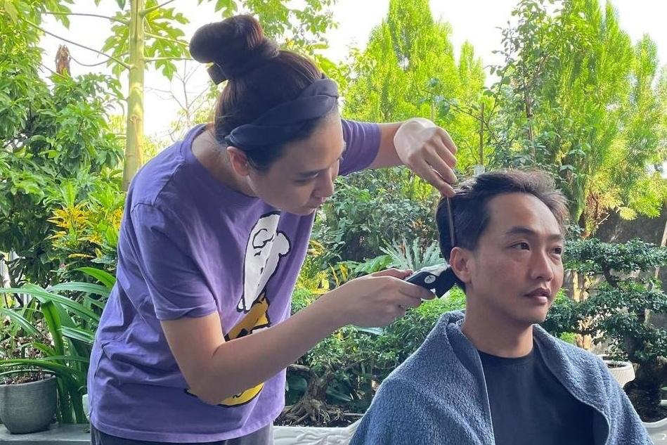 Đàm Thu Trang được Cường Đô La khen cắt tóc ngày càng 'lên tay'. Được biết, từ hồi dịch bắt đầu bùng phát đến nay, cô nàng đã kiêm luôn chức vụ 'thợ cắt tóc riêng' cho ông xã.