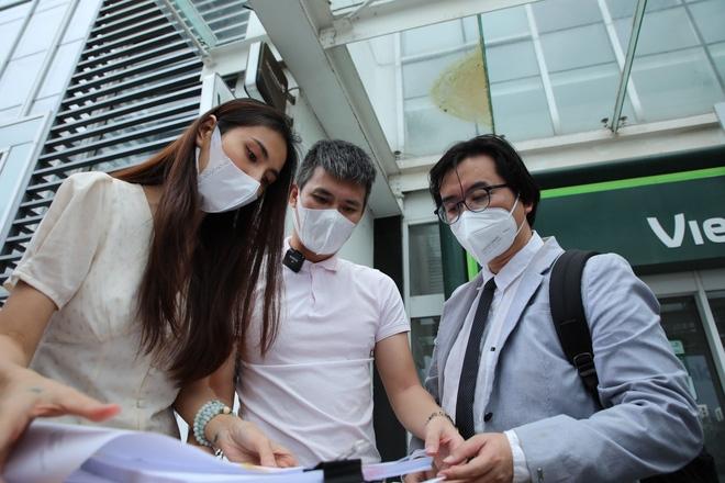 Luật sư Phan Vũ Tuấn từng 'hộ tống' vợ chồng Thủy Tiên ra ngân hàng livestream sao kê ngày 17/9 vừa qua.