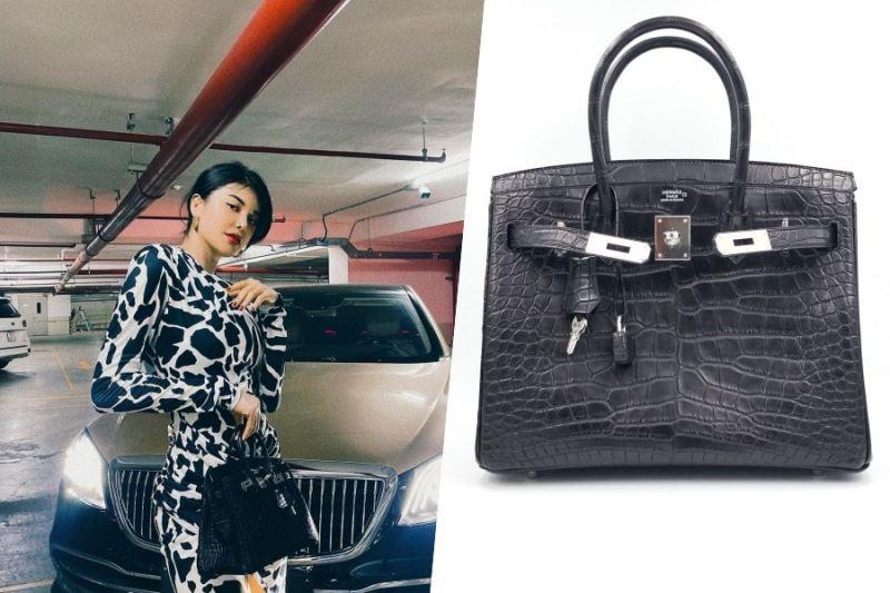 Hermes Noir Matte Crocodile có giá khoảng 2,2 tỷ. Thiết kế màu đen basic không bao giờ lỗi mốt, giúp Lily Chen dễ dàng kết hợp với nhiều kiểu trang phục khác nhau.