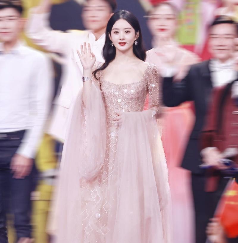 Người đẹp phim Hữu Phỉ chọn thiết kế váy dài đính đá lấp lánh màu pastel, kết hợp với mái tóc dài như công chúa.