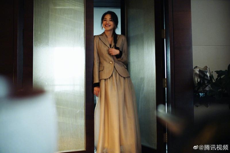 Thay vào đó, cô phối váy dài với blazer thanh lịch, vừa không già dặn lại chẳng quá 'cưa sừng làm nghé'.